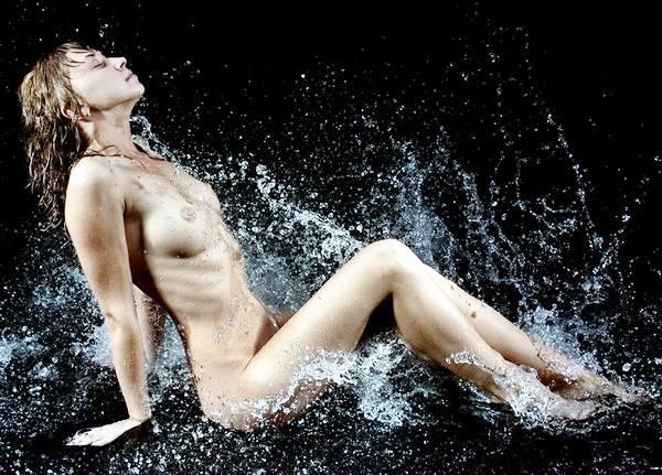 Красивая женщина в воде