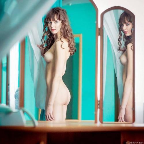Девушки перед зеркалом ню