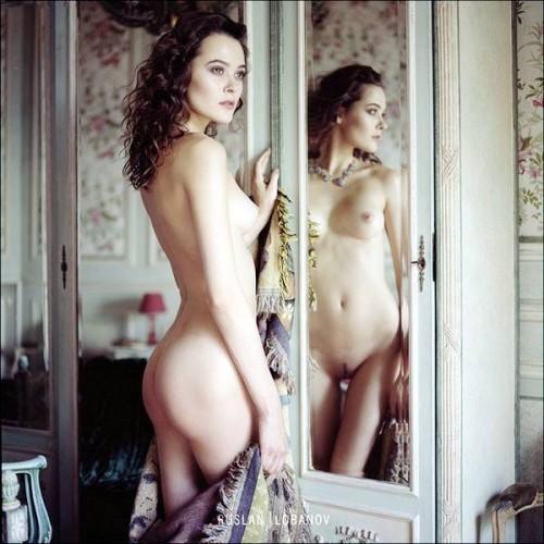 брюнетка в зеркале