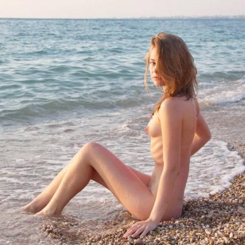 Моем ноги в океане