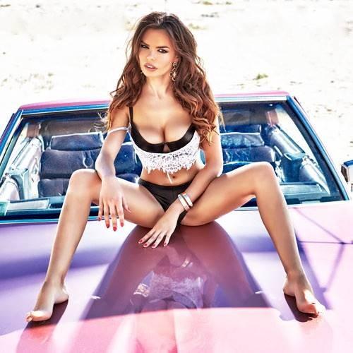 На розовом авто